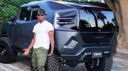 Le kaj je to vozilo, ob katerem pozira igralec Jamie Foxx?
