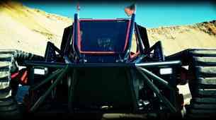 Video: Howe & Howe's Ripsaw EV3 F1 je popolno vozilo za konec sveta
