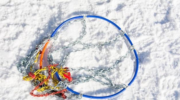 Snežne verige – izbira, vzdrževanje, nadomestne 'nogavice' in osebna izkušnja s premajhnimi (foto: Profimedia)