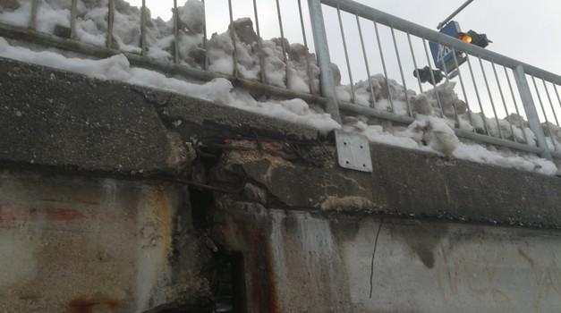 Dotrajana ograja in asfalt le vrh ledene gore težav kranjskega mostu (foto: Jure Šujica)