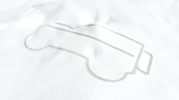 Land Rover Defender narisan s stopinjami v snegu (foto: Jaguar Land Rover)