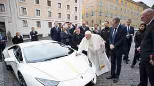 Papežev Lamborghini gre na dražbo