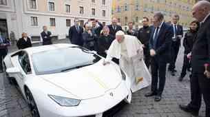 Papežev Lamborghini je prodan