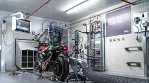 V Akrapoviču motocikle na novi testni mizi preizkuša kar neutrudljivi robot