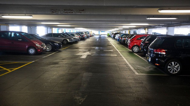 So plačljive parkirne hiše res boljše kot brezplačne? (foto: Arhiv AM)
