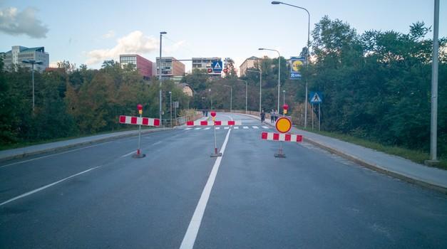 Direkcija za ceste nenapovedano uvedla popolno zaporo čez Savski otok v Kranju (foto: Jure Šujica)