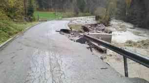 Po neurju: v okolici Tržiča uničene ceste, podrto drevje in skalni podori zaprli prelaze