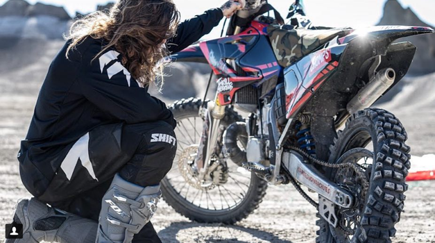 Video: Kaj dobite, če združite motokros in skoke BASE? (foto: Bradley O'Neill/Instagram)
