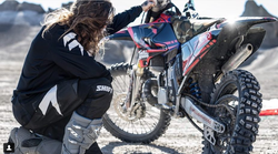 Video: Kaj dobite, če združite motokros in skoke BASE?