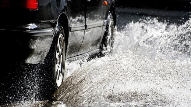 Znate pravilno ravnati, ko avto splava? (foto: Profimedia)