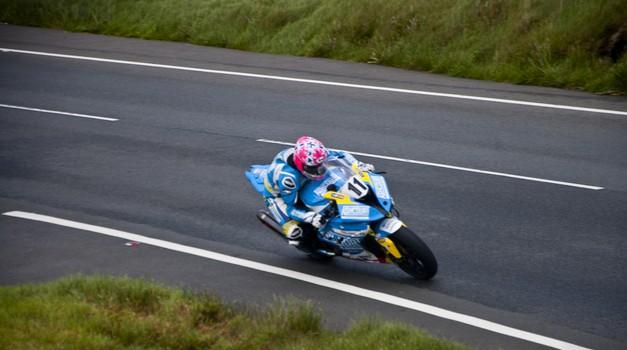 Isle of Man: Lee Johston presenetljivo prvi na (skrajšani) prvi dirki Supersport (foto: Jure Šujica)