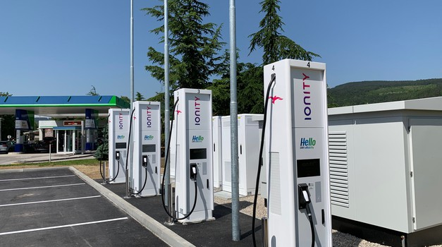 V Sloveniji smo dobili prvo najhitrejšo polnilnico za električne avtomobile (foto: OMV)