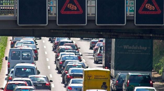 Promet na cestah bodo ta vikend obremenili še tovornjaki (foto: Arhiv AM)