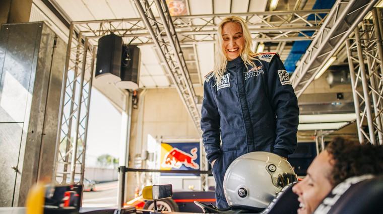 Najboljša slovenska plezalka je za en dan postala tudi nahitrejša na dirkališču (foto: Red Bull)