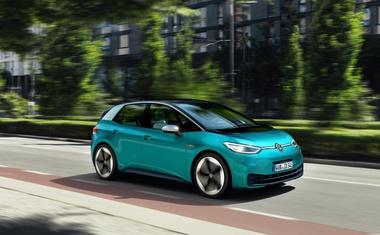Uporaba električnih službenih vozil za zasebne potrebe z novim letom občutno cenejša