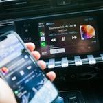 Podpiramo podporo mobilnikom. Še glasneje pa jo bomo podpirali takrat, ko bo Apple CarPlay v Peugeotu deloval brez pomoči kabla. (foto: Saša Kapetanovič)