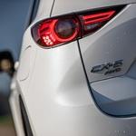 CX-5 je prva Mazda s celotnim naborom tehnologij Skyactive. Kar se tiče karoserije, to pomeni 8 odstotkov manjšo maso in 30 odstotkov večjo togost, kar pozitivno vpliva na vozno dinamiko. (foto: Uroš Modlic)