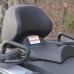 Sovoznikov sedež je zelo udoben, ročaja omogočata varen oprijem med vožnjo po težkem terenu. (foto: Kavčič)