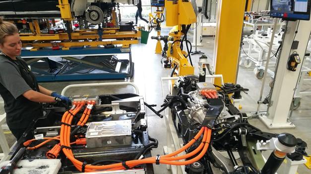 Baterijski sklop za pogonski motor in zadnja os z elektromotorjem. (foto: Korošak)