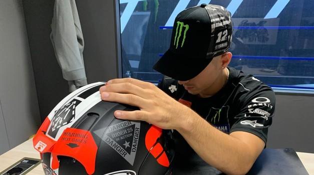 Maverick Vinales pred vsako vožnjo pregleda svojo čelado, saj se zaveda, da sta njegovo zdravje in življenje odvisna od tega, kakšno čelado ima na glavi. Temu posveča izjemno predanost, lahko rečemo, da vsak detajl pregleda stoodstotno. (foto: Jurman)
