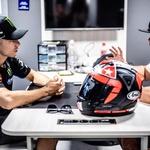 Dirkači v elitnem MotoGP razredu uporabljajo čelade, ki so praktično enake, kot jih dobite v trgovini. Ločijo se po minimalnih detajlih. Zgodilo se je že, da je dirkač vse svoje tri čelade porabil že na prostih treningih in v kvalifikacijah, nakar so se pri ekipi odpravili v motoristično trgovino in kupili novo čelado - repliko dirkačeve in nanjo samo še namestili dodatne sponzorske logotipe. To je vsekakor spodbudno ob misli, s kakšno silo padejo dirkači in v večini primerov odkorakajo s prizorišča padca. (foto: Jurman)