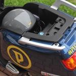 Pod sedež gresta polnilec in čelada ali pa samo dodatna baterija. (foto: Kavčič)