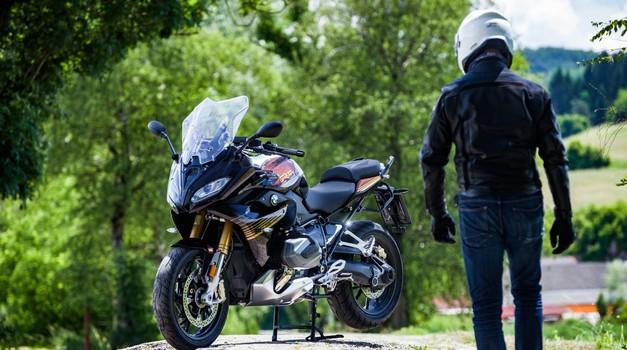 Nekje med športnikom in motociklom za uživanje (foto: Saša Kapetanovič)