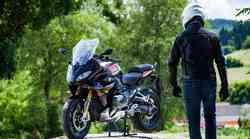 Nekje med športnikom in motociklom za uživanje