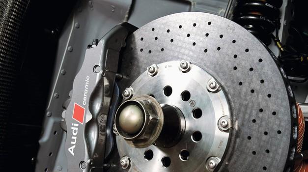 Karbonsko-keramični kolut, ki omogoča izjmene pojemnke ob minimalni teži in obrabi, je rezerviran za najzmogljivejša vozila. (foto: Audi)