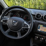 Armaturna plošča je delno povzeta po Renaultovem Cliu; preprost, a uporaben info-zabavni sistem ponuja enega najbolj dovršenih sistemov glasovnega vodenja navigacijske naprave v slovenskem jeziku na našem trgu. (foto: Uroš Modlic)