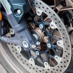 Solidne in zanesljive zavore so opremljene z zelo dobro delujočim sistemom ABS (foto: Saša Kapetanovič)