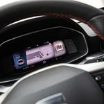 Digitalizacija notranjosti - merilniki so povsem digitalizirani, voznik si videz lahko prilagaja. (foto: Uroš Modlic)