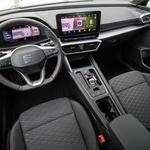 Voznikovo delovno mesto je zgledno urejeno, prostora je dovolj, desetpalčni zaslon info-zabavnega sistema je doplačljiv. (foto: Uroš Modlic)
