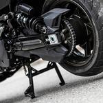 Ob pogledu na zadnji del se poraja vprašanje, ali ne gre morda za motocikel preobečen v skuter. (foto: Uroš Modlic)