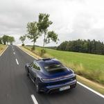 Oborožen z zračnim vzmetenjem in nadzorovanim balženjem ponuja Taycan zavidljivo raven udobja na cesti. (foto: Porsche)