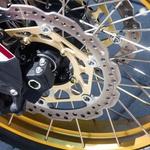 Dimenzije koles seveda prinašajo nekaj malega omejitev v vožnji po asfaltu (spredaj 90/90 -21, zadaj 150/70-18). Tako kot se dobro znajde na cesti in v mestu, pa ne razočara niti na terenu. Cornering ABS je serijski, na terenu je ABS zadaj izklopljiv. (foto: Saša Kapetanovič)