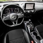 Voznikov delovni prostor je precej razgiban, osrednji greben ostaja, prostora je več, ergonomija boljša. (foto: Uroš Modlic)