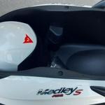 Rekorder v prostornosti - pod sedežem je dovolj prostora za dve integralni čeladi. (foto: Matjaž Tomažič)