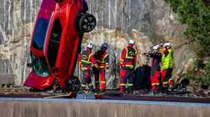 Volvo v imenu varnosti iz 30 metrov na tla pometal več povsem novih vozil (video)