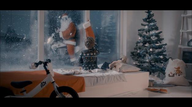 Božiček zamenjal sani in Rudolfa za enduro motor Husqvarna (foto: Moto X Generation)