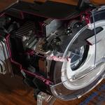 Vsak matrični LED-žaromet ima naslednje elemente (gledano od znotraj navzven): ohišje, kontrolno enoto, nosilec matričnega modula, hladilno enoto, matrični LED-modul in pa zunanji pokrov žarometa. Opcijsko so nato v glavnem žarometu lahko nameščeni še dodaten modul za dolgi snop in pa dnevne luči. (foto: Jure Šujica)