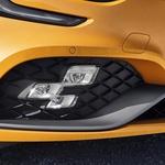 Izziv pri izdelavi žarometov je danes, tako kot pri izdelavi drugih avtomobilskih delov, povezovanje in usklajevanje komponent s komponentami drugih proizvajalcev. Renaultovo svetlobno telo (na fotografiji) ima tako kar 18 različnih stanj oziroma nalog. Od tega, da opravlja funkcijo osvetljevanja zavoja, do funkcije meglenke, dnevne luči, kar je treba upoštevati pri nadgradnji programske opreme (foto: Renault)