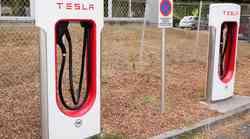 Dodgev poltovornjak s 'krizo identitete' zasedel Teslino električno polnilnico