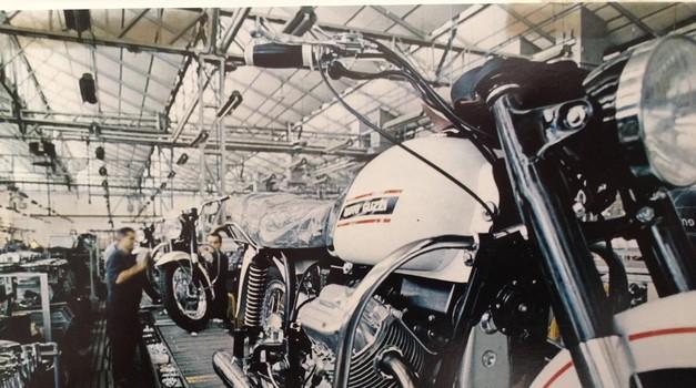 Tovarniška linija, na kateri že 50 brez prekinitive nastaja model V7. (foto: Moto Guzzi)