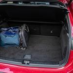Ob prostorni kabini bi pričakoval, da dobre 4,4 metra dolg avtomobil v prtljažniku ne bo ponujal presežkov. A sem se uštel. Pod prostornim osnovnim prtljažnikom se skriva še globok predel. (foto: Uroš Modlic)