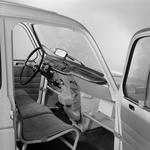 Preprosta kabina je bila na začetku opremljena špartansko: potniki so sedeli zgolj na kosu blaga, napetem prek kovinskega okvirja. (foto: Renault)