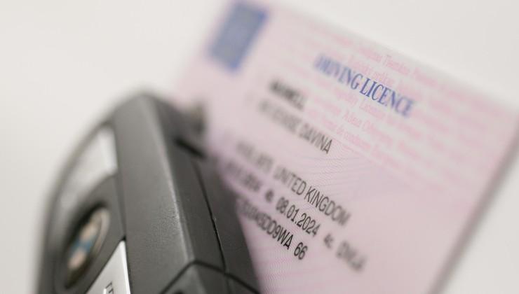 Poznate pomen kod na vozniških dovoljenjih? Neupoštevanje vas lahko drago udari po žepu