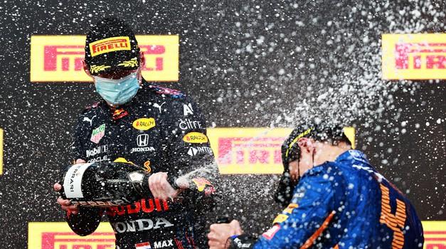 F1 Emilija Romanja 2021 - Verstappen končno dočakal Hamiltonovo napako (foto: Moštva)