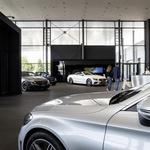 Čeprav je avtomobil blago, ki ga hočemo videti v živo, sesti za volan in ga nekako začutiti, se klasična oblika nakupa v avtosalonih postopno spreminja. (foto: Daimler Ag - Global Communicatio)