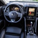 Urejenemu voznikovemu kokpitu bi se prilegli 'bogatejši' osrednji merilniki. Pogrešamo vsaj dva ali tri ključne 'fizične' gumbe, sicer pa je multimedijska enota tako grafično kot funkcijsko zelo dobra. (foto: Uroš Modlic)
